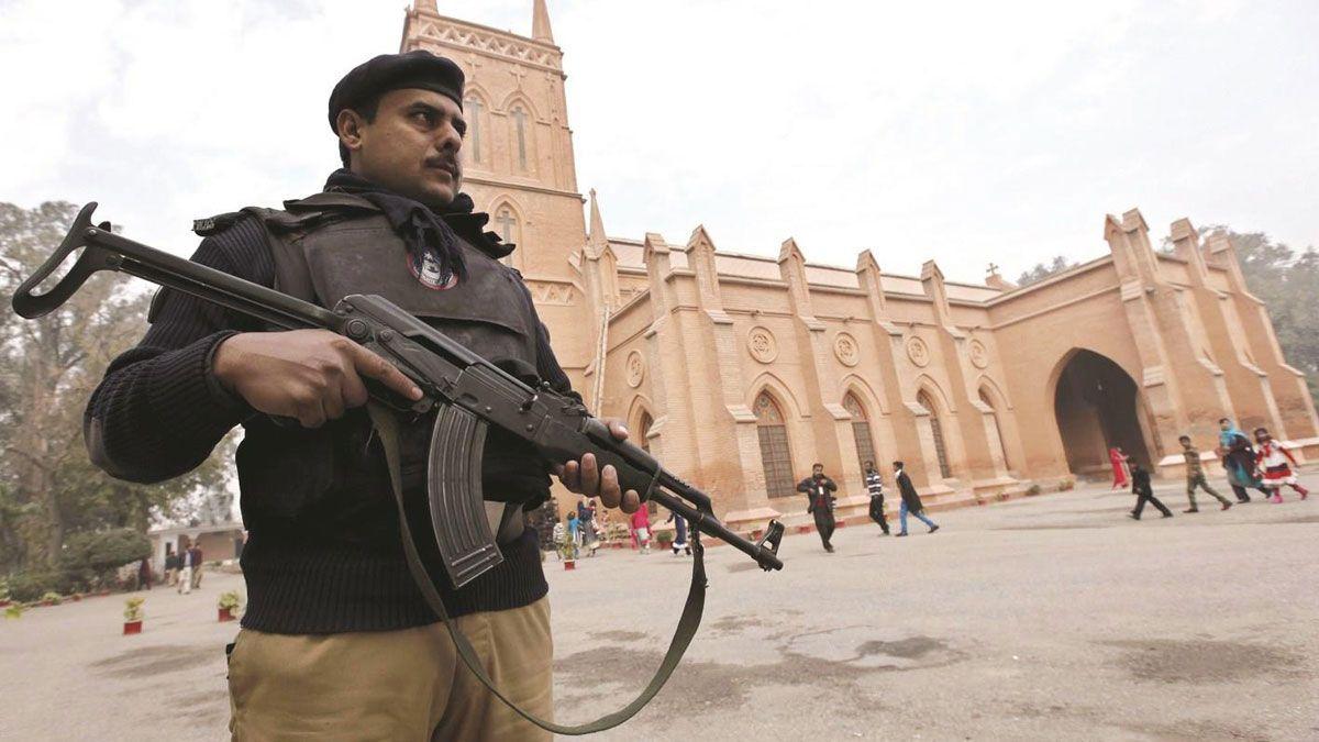 مقتل رجل قادياني متهم بالتجديف في محكمة في باكستان - إرنوز