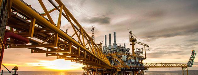 أسعار النفط تحافظ على مكاسبها بعد تقرير أوبك وتراجع المخزونات الامريكية